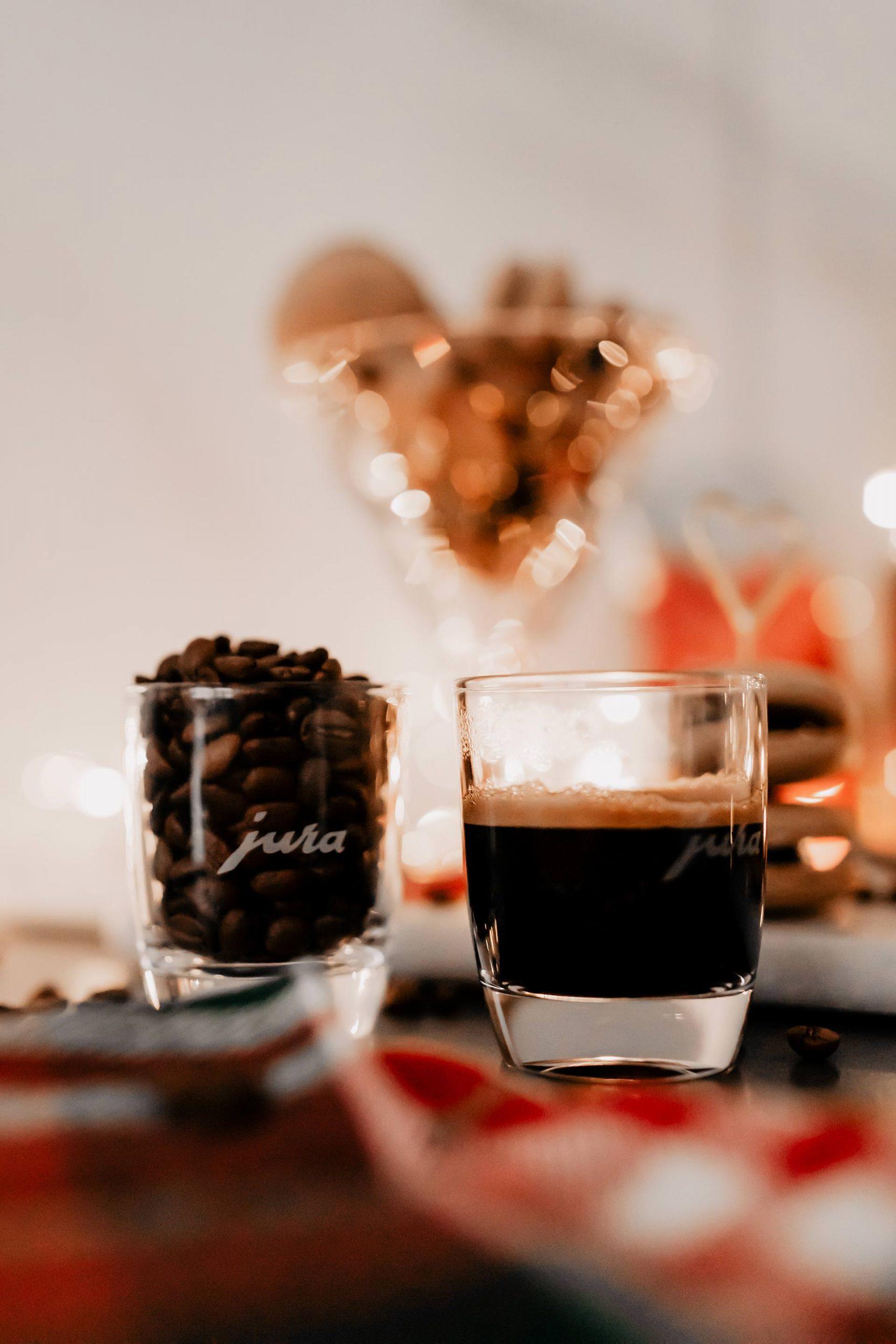 Anzeige/Gewinnspiel. Ein Rezept für Coffee-Junkies findest du jetzt am Foodblog! So einfach kannst du Kaffee-Macarons selber machen! Außerdem wartet ein tolles Gewinnspiel auf dich. www.whoismocca.com #macarons #rezept #weihnachten