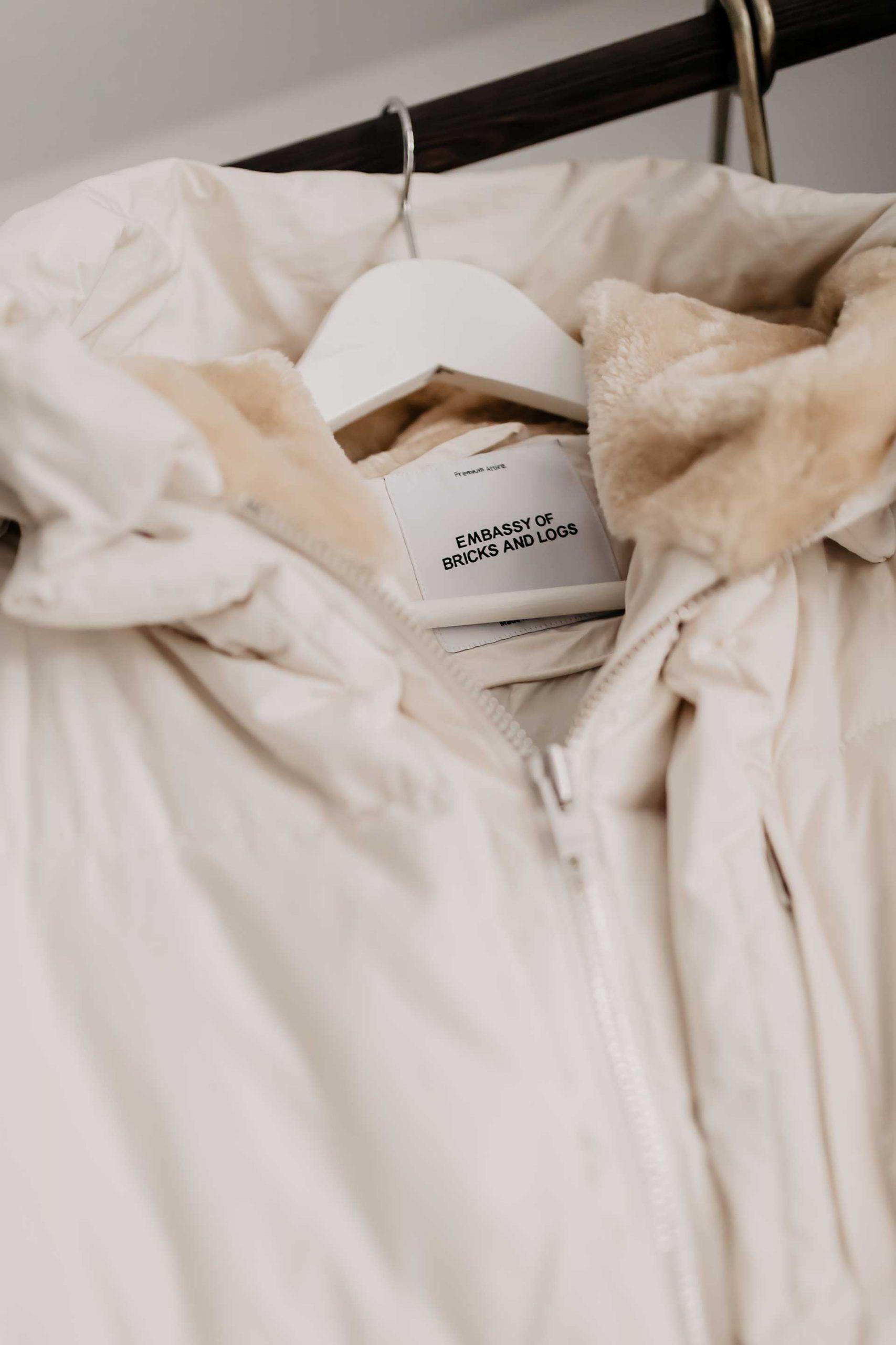 Auf dem Modeblog dreht sich heute alles um die vegane Fair Fashion Marke Embassy of Bricks and Logs. Wo du die Outerwear online kaufen kannst und warum ich die nachhaltige Modemarke so liebe, erzähle ich dir auf whoismocca.com #nachhaltigkeit #fairfashion #veganemode #fairemode #embassyofbricksandlogs