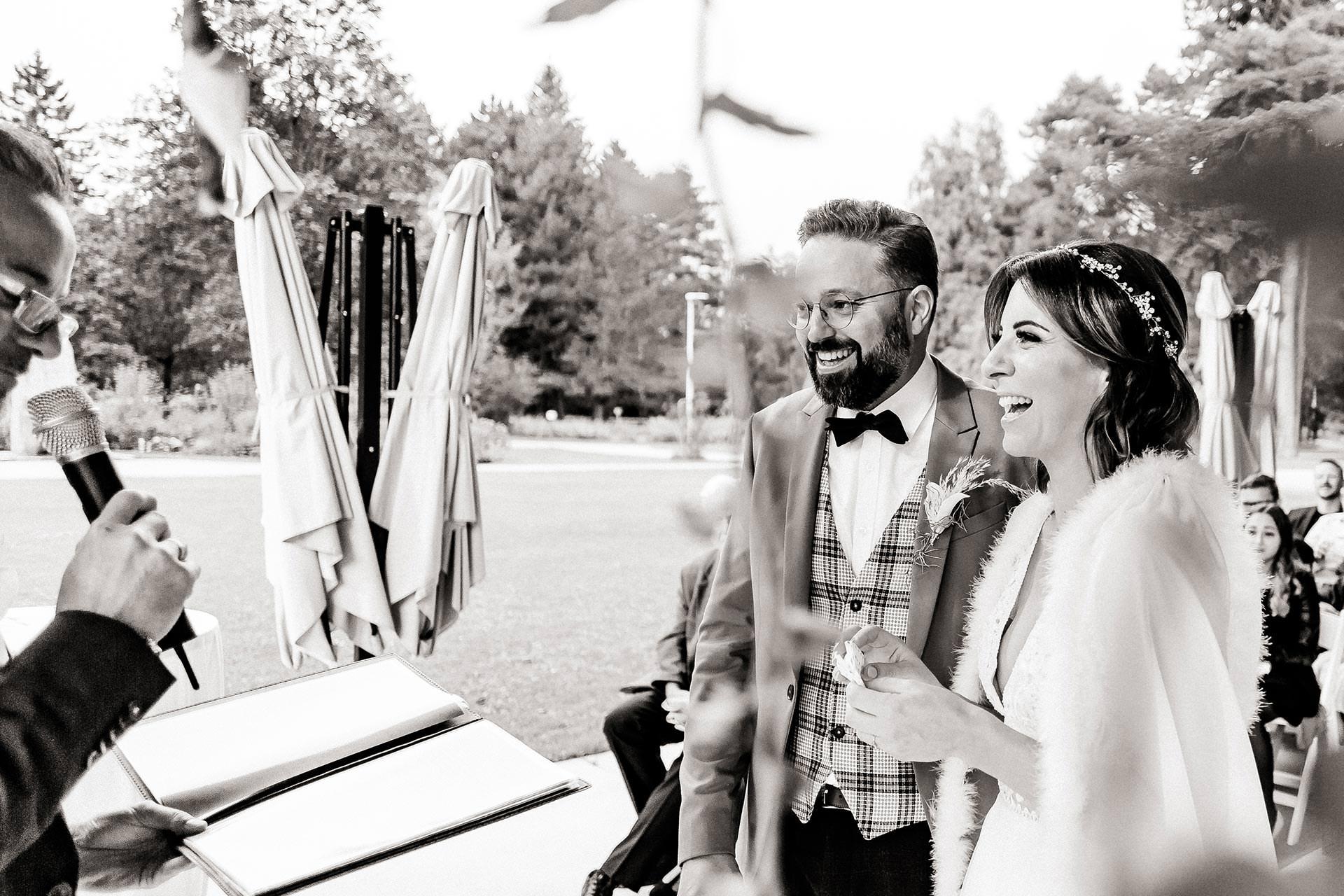 Empfehlung. Die Hochzeitsfotos sind, neben der eigentlichen Feier selbst, wahrscheinlich das Wichtigste an so einem großen Tag. Wie du vielleicht schon ahnen wirst, stelle ich dir heute unsere Hochzeitsfotografin vor, die gemeinsam mit ihrem Mann einen unserer schönsten Tage in Foto- und Videoform festgehalten und begleitet hat. #hochzeitsfotos #herbsthochzeit #hochzeitsfotografin