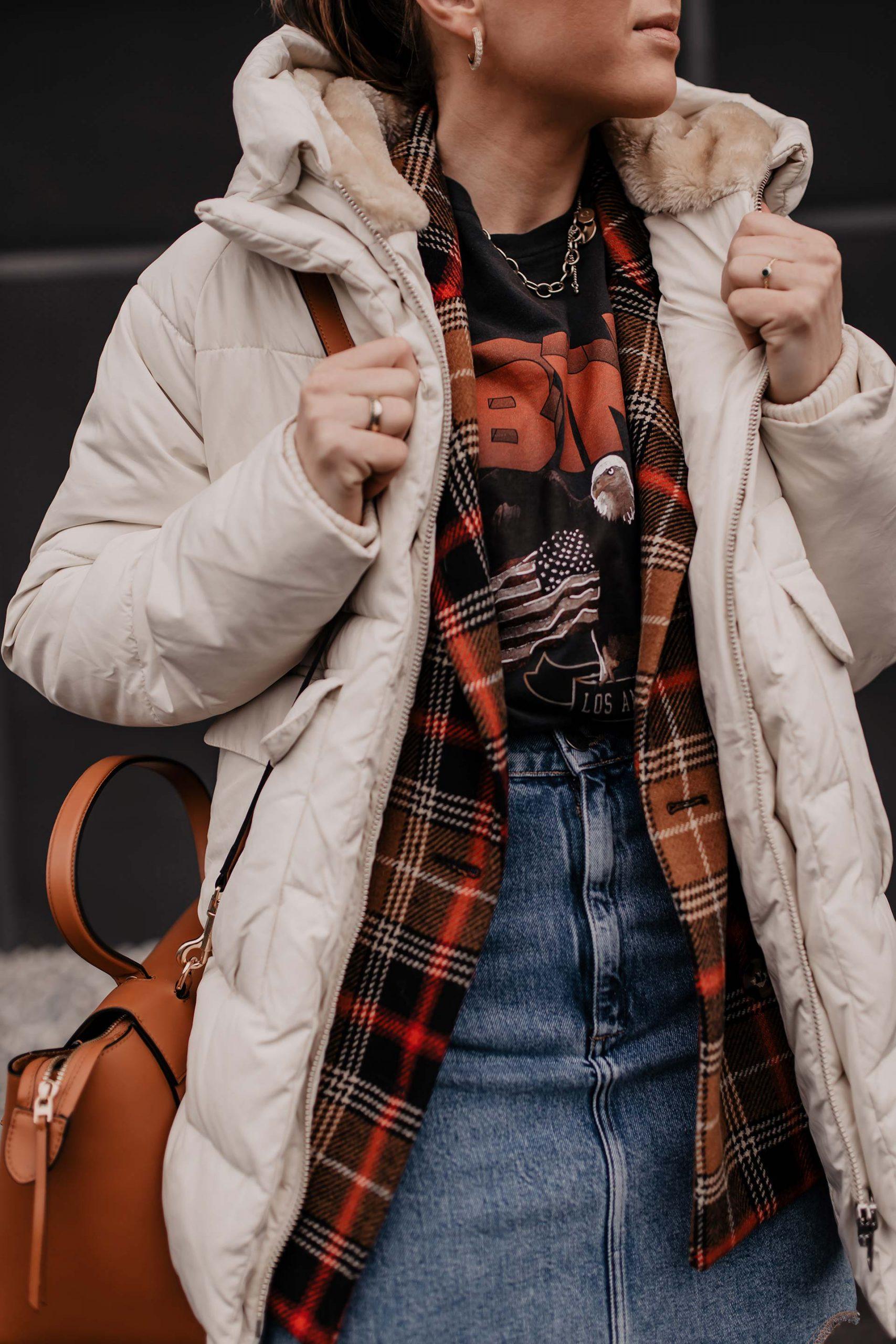 Am Modeblog gibt es heute 2 Outfits mit Jeansrock für dich zu entdecken. Ich zeige dir, wie gut sich ein Jeansrock im Winter kombinieren lässt und gebe dir Tipps, wo du die schönsten Denim Skirts online kaufen kannst. www.whoismocca.com #winteroutfits #jeansrock #modetrends #wintertrends