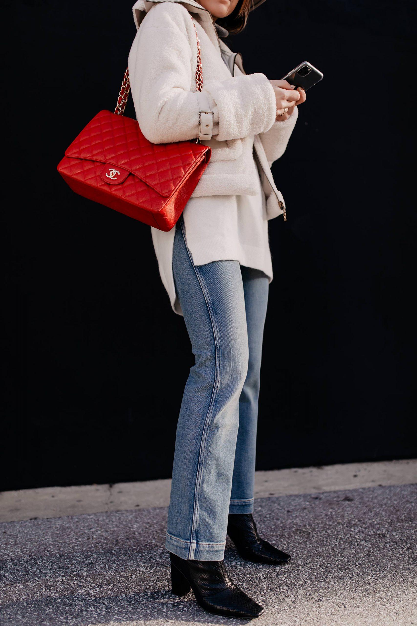 Auf dem Modeblog verrate ich dir heute, wie gut man eine Kick Flare Jeans kombinieren kann. Ich liefere dir 3 gute Gründe, warum die Jeans ein echter Allrounder ist. Außerdem auch 3 Styling-Tipps für jeden Tag. www.whoismocca.com #kickflare #winteroutfit #modetrends #jeans