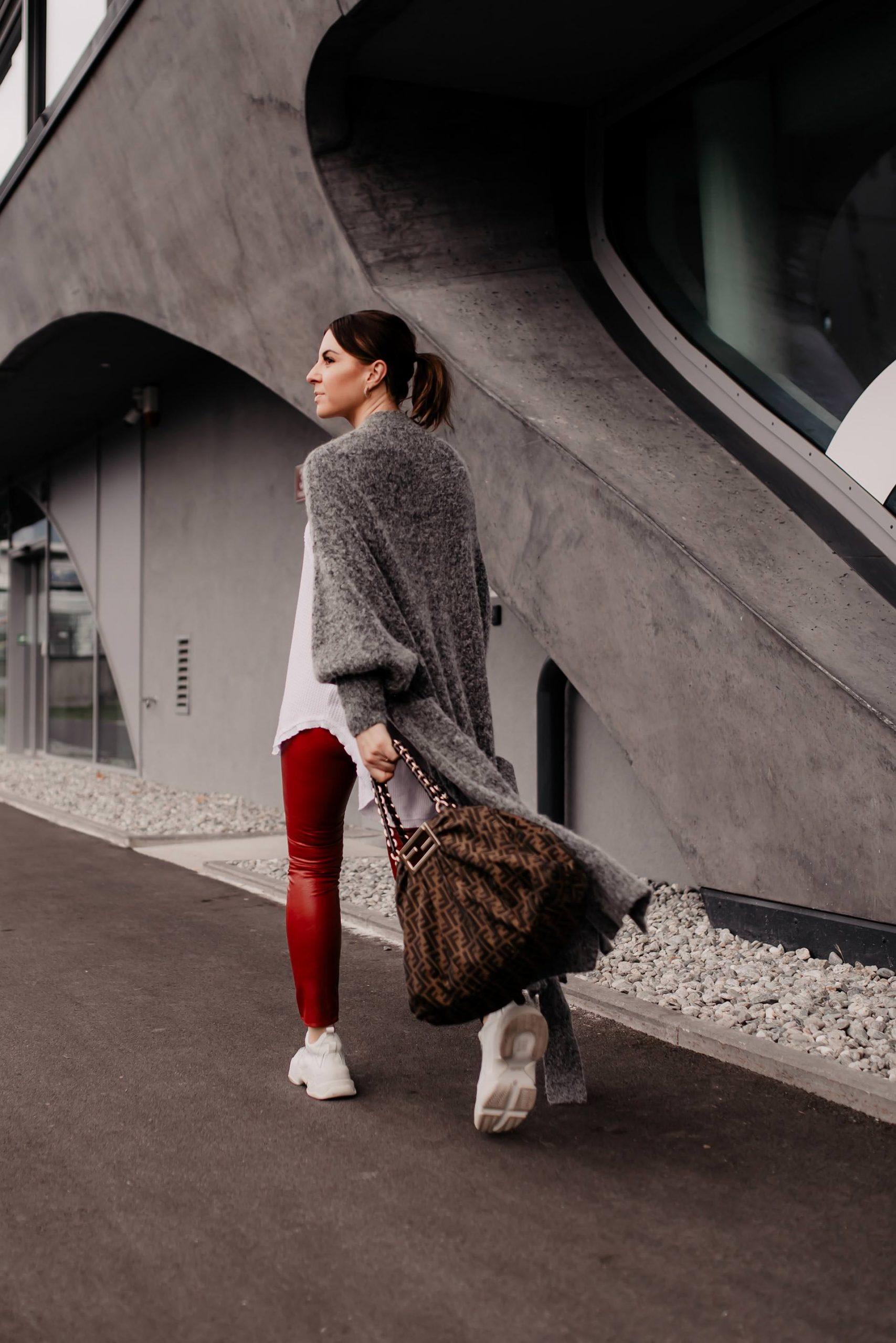 Du willst eine rote Lederhose kombinieren? Am Modeblog verrate ich dir, worauf du achten solltest und wie dir schöne Outfits für den Alltag gelingen! www.whoismocca.com #lederhose #modetrends #outfitoftheday