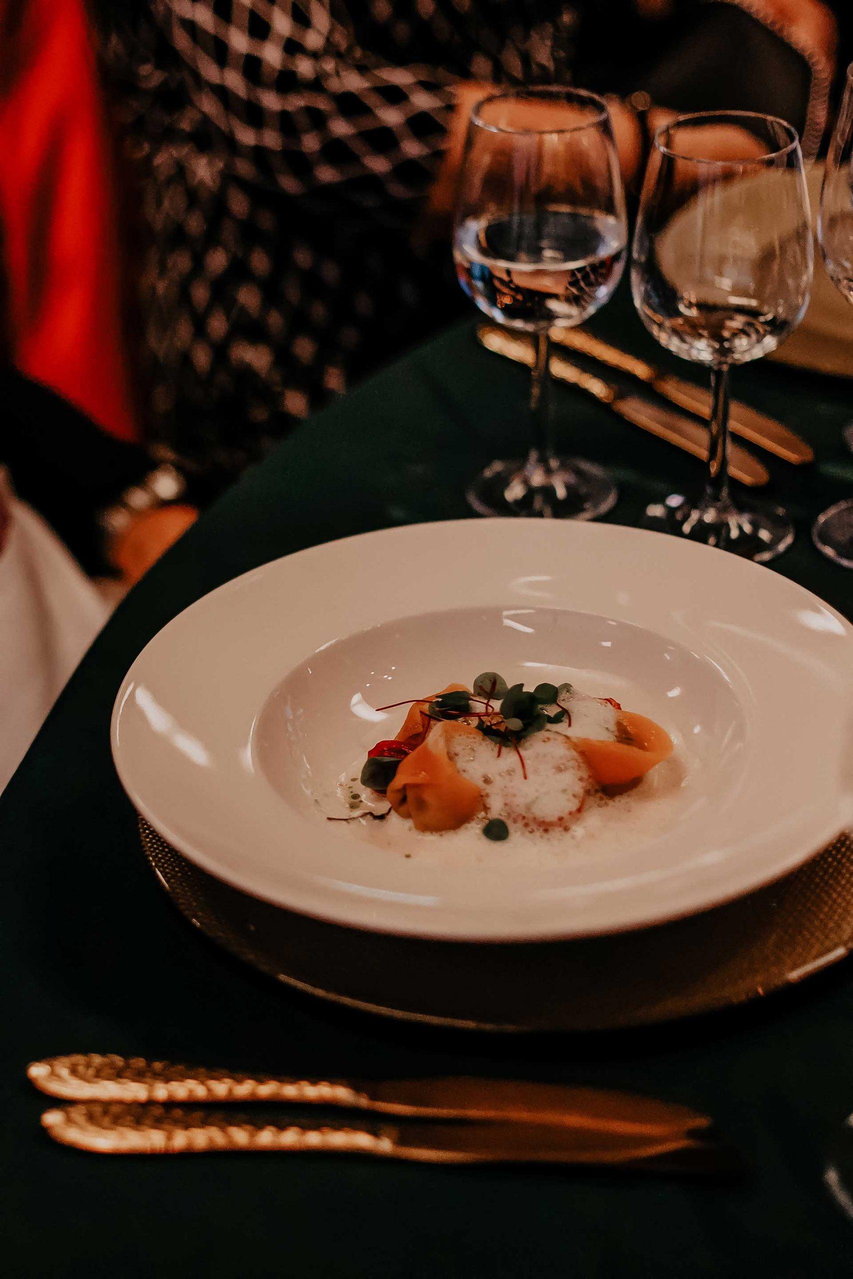 """Wie entscheidet man sich für den perfekten Hochzeitswein, wenn man im Grunde nicht viel Ahnung von Wein hat? Wir trinken zwar gerne ab und zu Mal ein Gläschen Wein zum Essen, das war's dann aber auch schon wieder. Ich nehme dich heute mit auf unsere kleine Reise und erzähle dir, wie wir die """"Welcher Wein für die Hochzeit?""""-Frage beantwortet haben. www.whoismocca.com #hochzeitswein #herbsthochzeit #rotwein #weisswein"""
