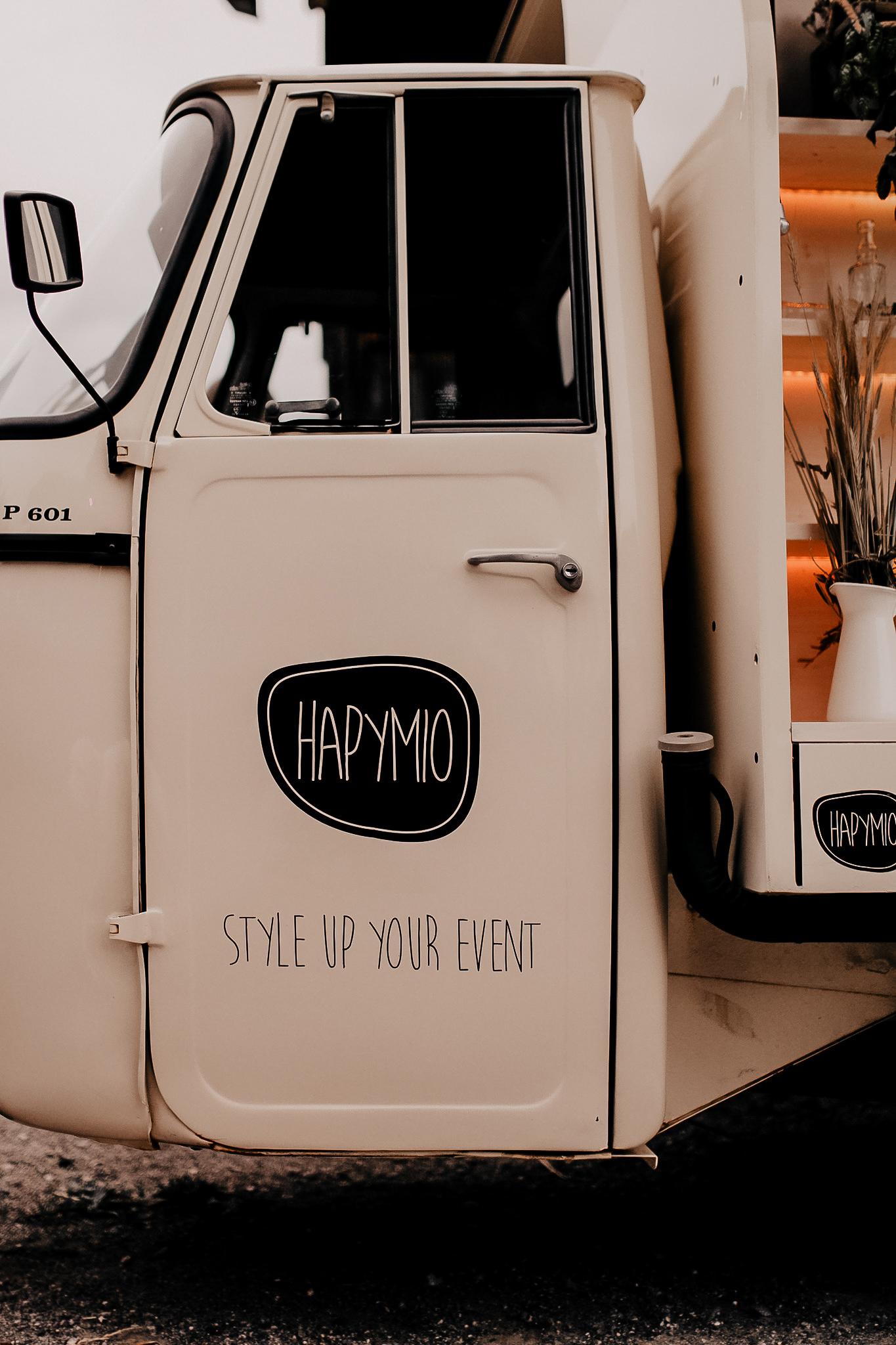 Produktplatzierung. Du suchst nach einem tollen Highlight für deine Hochzeit? Dann schau dir unbedingt die Hochzeits-Fotoboxen von Hapymio an. Ich war sofort begeistert von dem Konzept und diese Begeisterung hält bis heute an. Was das Besondere an den Hapymio's ist und warum es sich dabei nicht nur um eine reine Fotobox sondern ein echtes Eventmobil handelt, möchte ich dir heute erzählen. #fotobox #hochzeit #herbsthochzeit #hapymio