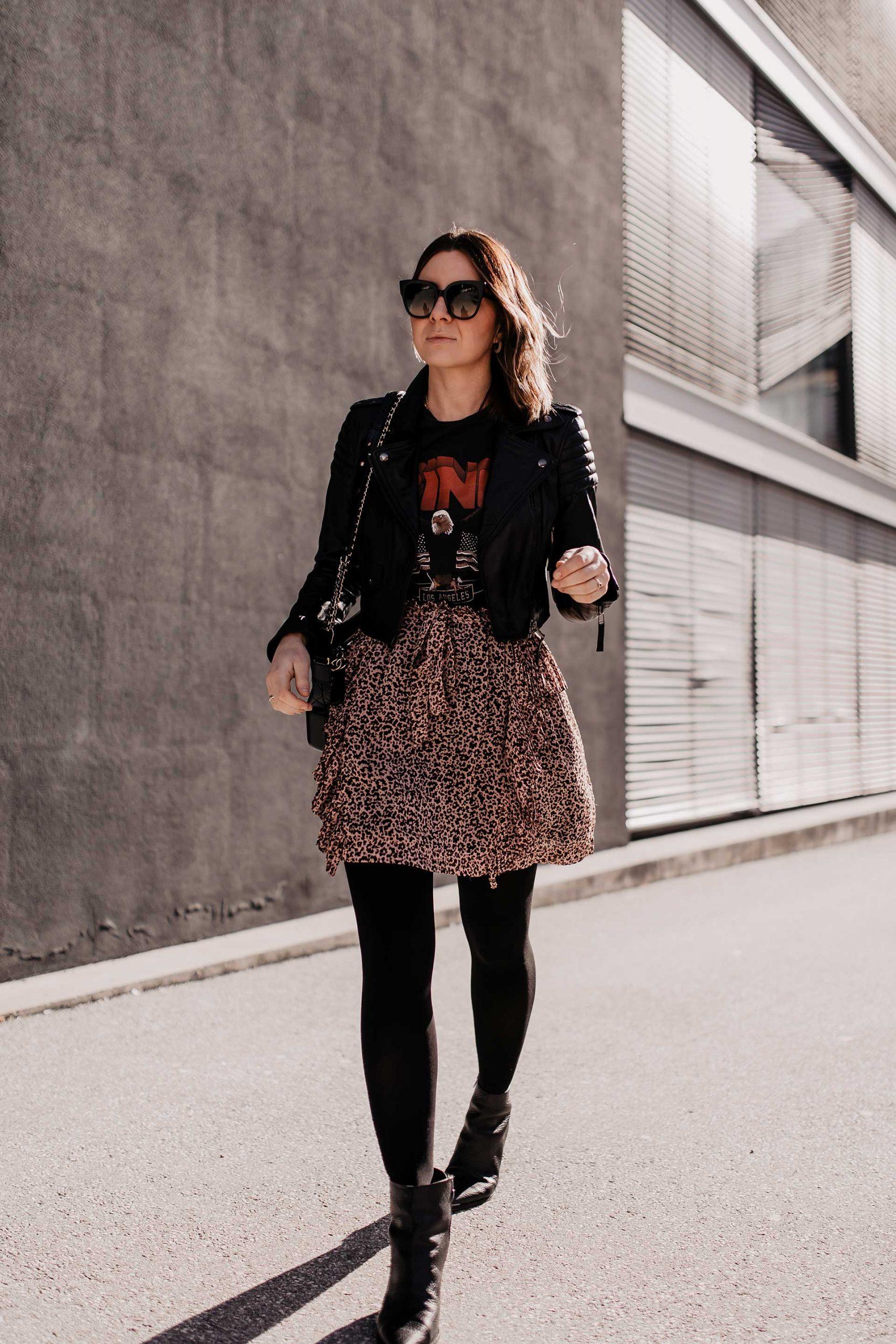 Am Modeblog findest du heute ein rockiges Outfit für den Alltag mit Anine Bing Shirt und Lederjacke. Außerdem verrate ich dir 4 Tipps und Grundlagen, damit du ein schönes rockiges Outfit kombinieren kannst. www.whoismocca.com #outfitidee #leorock #lederjacke #frühlingsoutfit