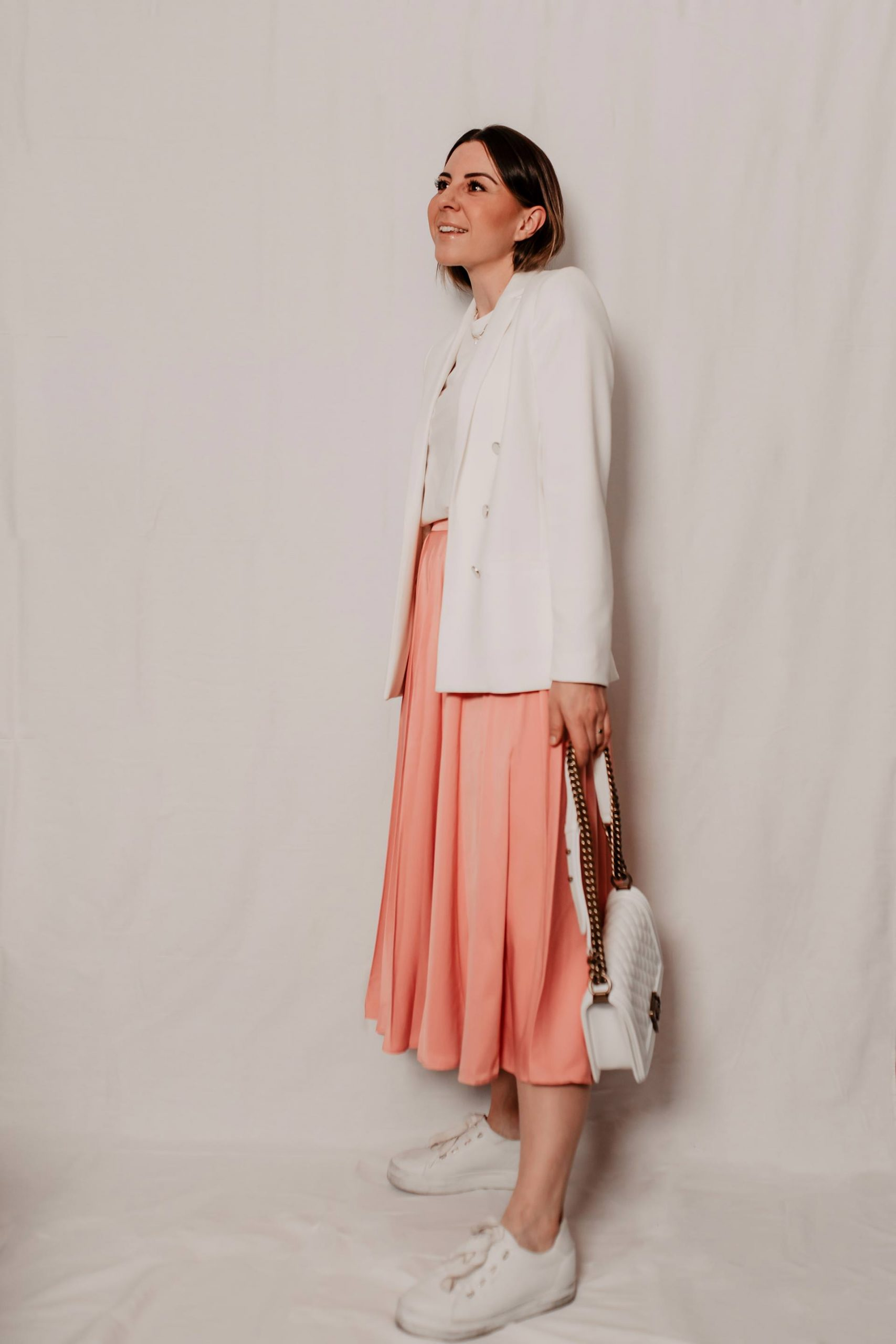 Heute widmen wir uns am Fashion Blog alltagstauglichen Frühlingsoutfits, die ohne viel Schnickschnack einiges hermachen. 5 Outfits mit Rock hab ich für dich und damit auch 5 modische Antworten auf die Was ziehe ich im Frühling an? Frage. www.whoismocca.com #frühlingsoutfits #lookbook #modeblog