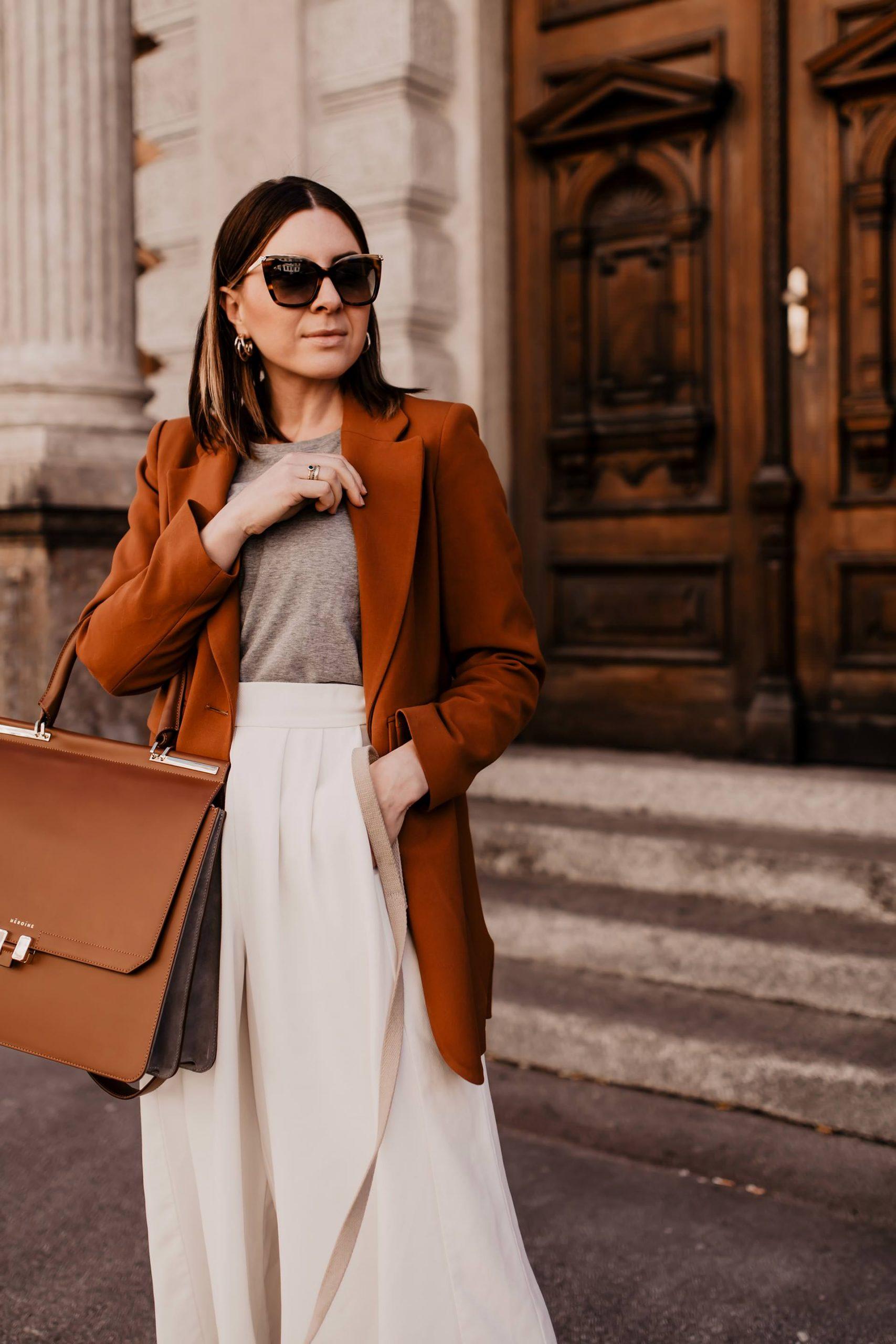 Anzeige. Die perfekte Handtasche fürs Büro zu finden klingt oft einfacher als gedacht. Sie musspraktisch sein, genug Platz für alle wichtigen Utensilien haben und dabei jedoch nicht übermäßig groß sein. Frau ist dabei auf der Suche nach einem Platzwunder mit sinnvollen Unterteilungen, nach einer Tasche die sich auf verschiedene Weisen tragen lässt undnicht zuletzt spielt natürlich auch die Optik der Business Bag eine entscheidende Rolle. www.whoismocca.com #bürotasche #laptoptasche #businessbag #officebag