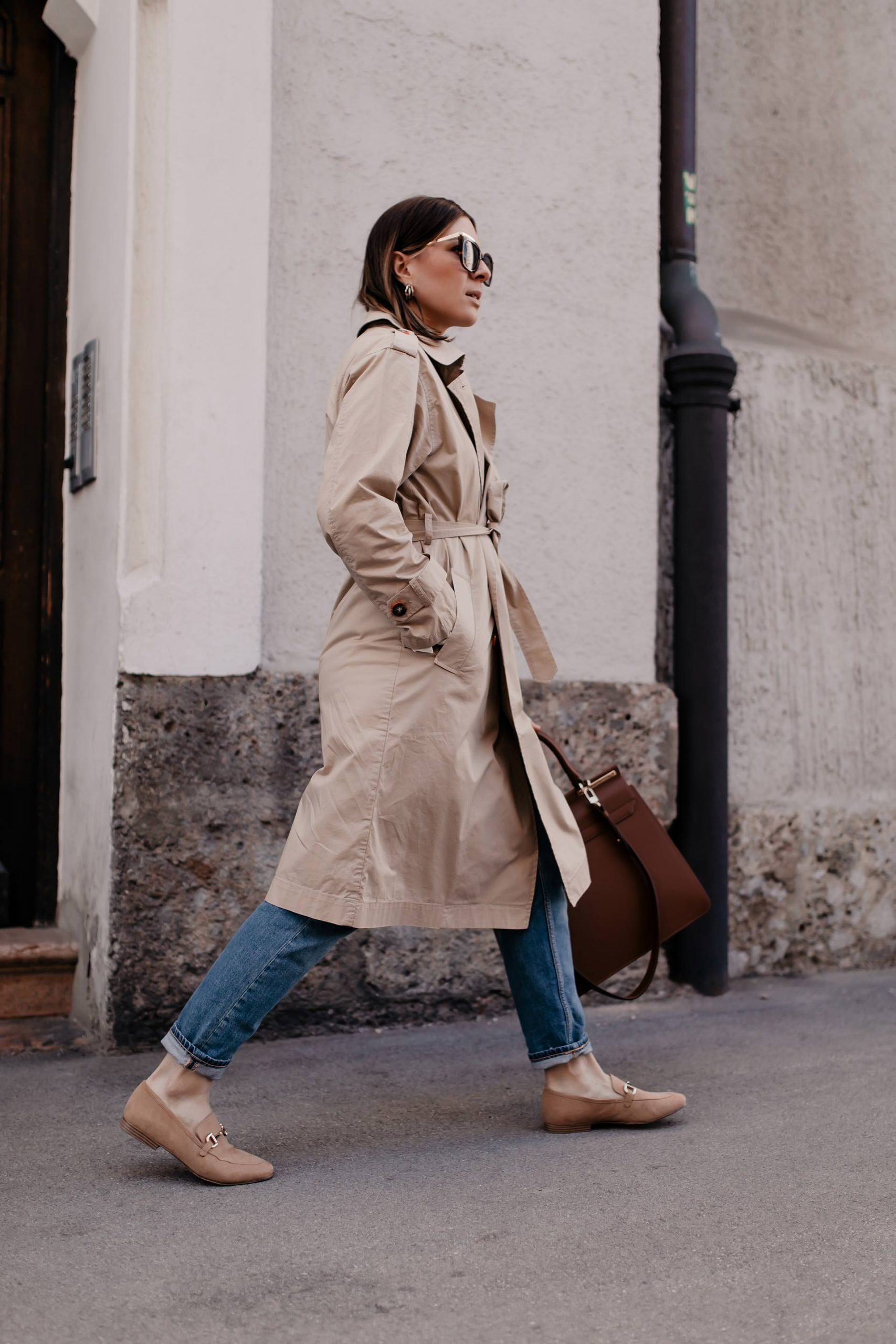 Loafer kombinieren leicht gemacht! Bei meinem Frühlingsoutfit zeige ich dir, wie ich schöne beige Loafers mit Mom Jeans und Trenchcoat style. www.whoismocca.com #loafer #frühlingsoutfit #frühlingstrends #trenchcoat