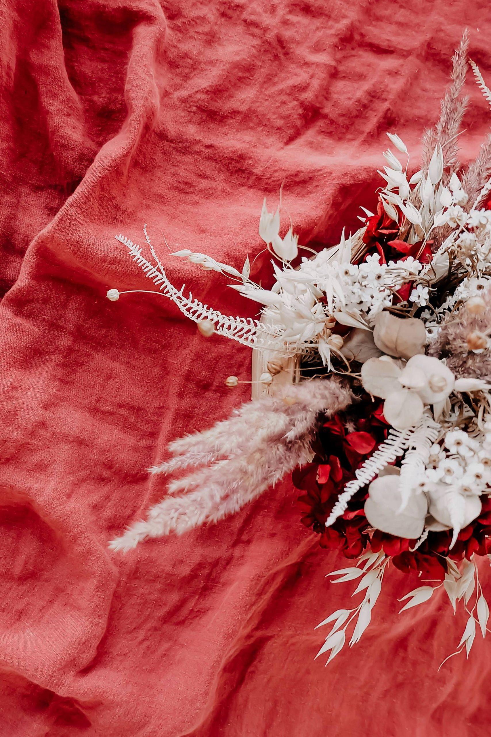 Du bist auf der Suche nach schönen Trockenblumen für zu Hause? Dann bist du auf meinem Interior Blog genau richtig. Ich zeige dir, welche getrockneten Blumen die schönsten für Vasen und Deko sind. Außerdem gebe ich dir Tipps für den perfekten Trockenblumen-Strauß und natürlich habe ich auch passende Shopping-Tipps für dich parat. www.whoismocca.com #trockenblumen #driedflowers #interiorblog