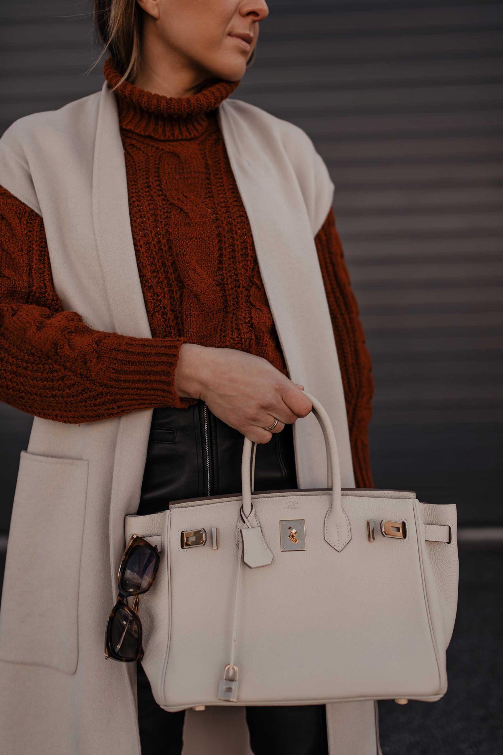 Heute gibt's auf meinem Modeblog ein Herbst Outfit mit Lederhose. Außerdem zeige ich dir, wie gut du eine lange Weste kombinieren kannst. www.whoismocca.com #herbstoutfit