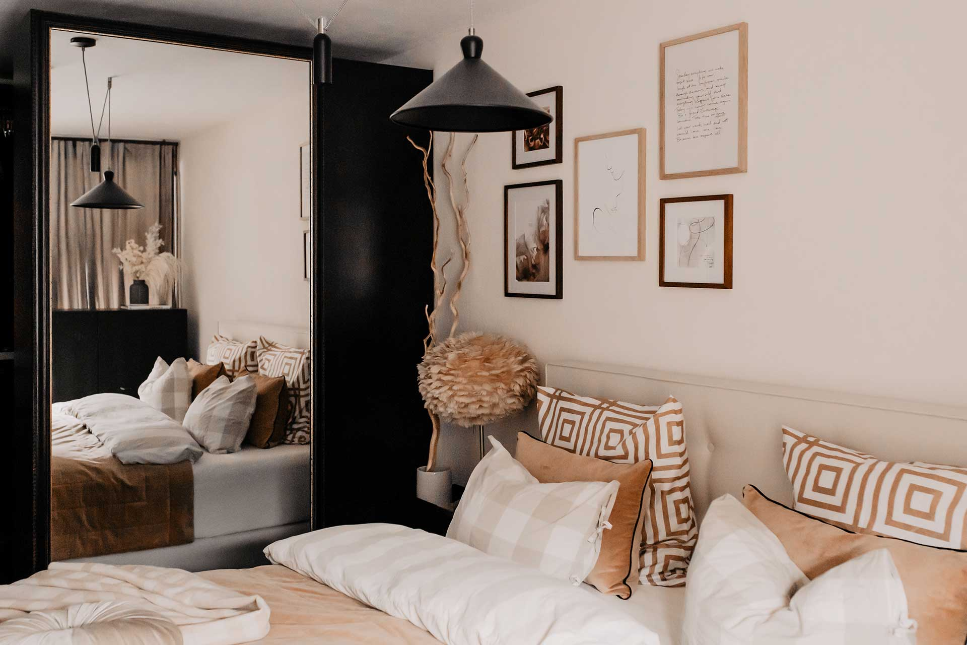 Produktplatzierung. Auf meinem Interior Blog verrate ich dir meine 7 Tipps für ein gemütliches Schlafzimmer. Uns war es besonders wichtig, ein gemütliches und zugleich modernes Schlafzimmer zu gestalten. Es sollte ein Wohlfühlraum werden, in dem man entspannen und abschalten kann und ich finde, das ist uns sehr gut gelungen. www.whoismocca.com #schlafzimmer