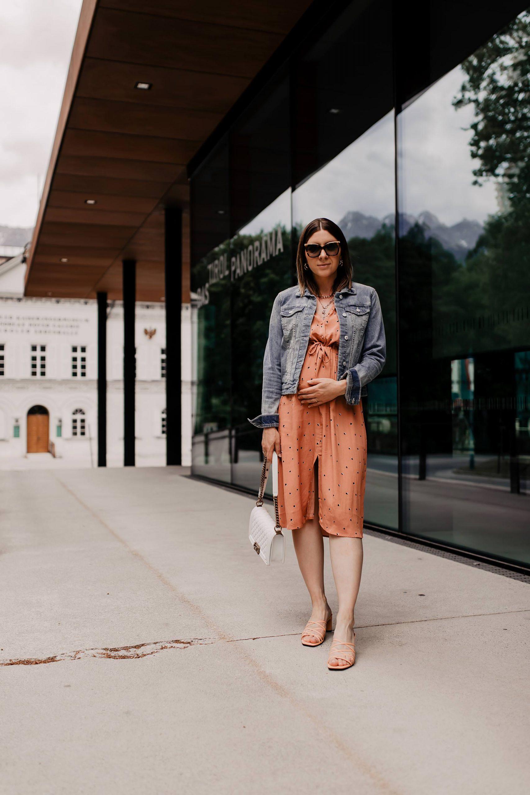 Produktplatzierung. Kleid und Jeansjacke sind meiner Meinung nach einfach eine ideale Kombination für den Frühling. Sommerkleider lassen sich so schon ein paar Wochen früher tragen, was natürlich nie schlecht ist. Am Modeblog findest du alle Outfit-Details zum nachshoppen! www.whoismocca.com