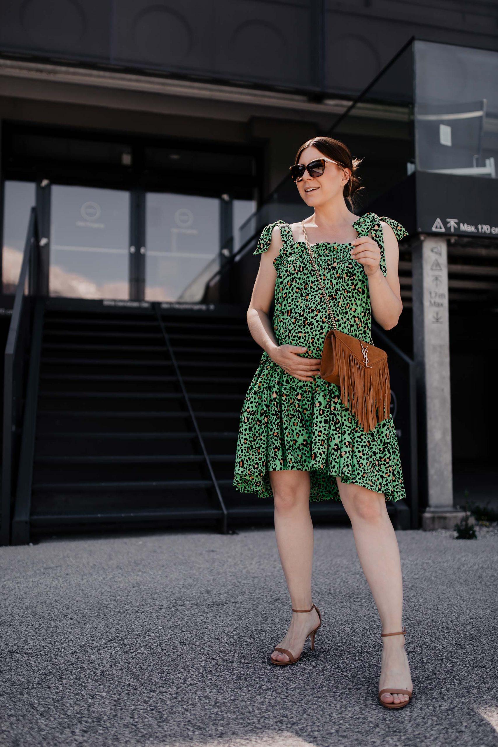 """Mein Projekt """"ohne #Umstandsmode durch den Sommer"""" läuft nach wie vor. Und jetzt, mittlerweile im 8. Schwangerschaftsmonat #ssw30 und in der heißesten Zeit des Jahres angekommen, weiß ich luftige Kleider besonders zu schätzen. Seit Jahren trage ich die sogenannten #Hängekleider und egal ob mit oder ohne Babybauch – sie sind einfach perfekt für den Sommer! www.whoismocca.com"""