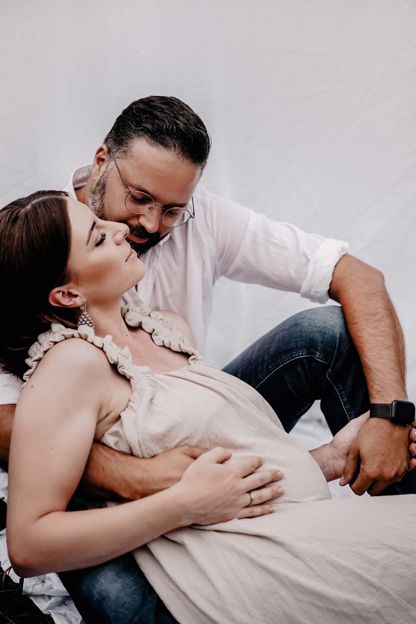 Heute möchte ich meine Tipps für ein schönes Babybauch-Shooting mit dir teilen. Zugleich zeige ich dir am Mamablog auch ein paar Schwangerschaftsbilder, welcheFotografin Madeleine Gabl von uns gemacht hat. www.whoismocca.com