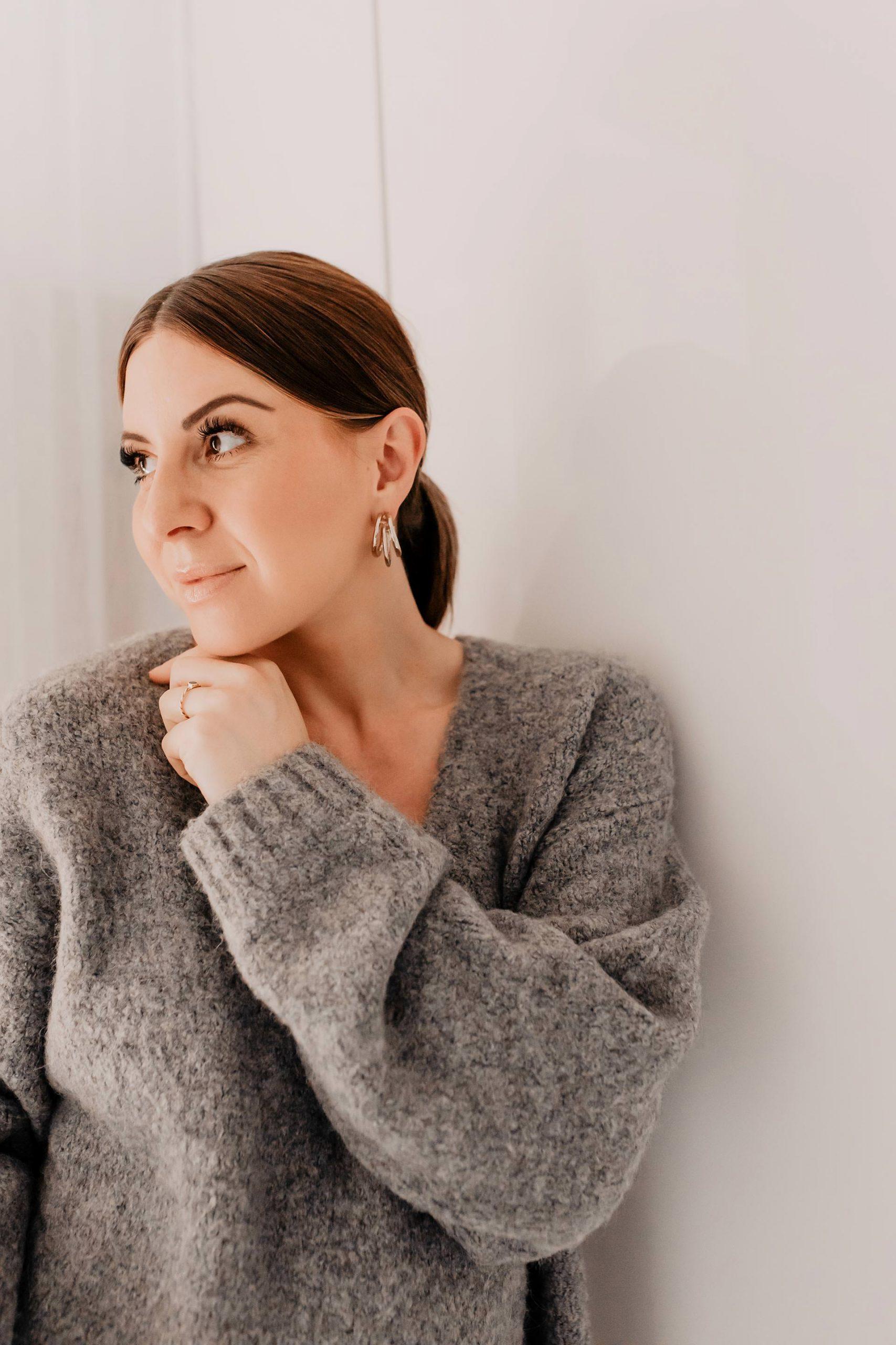 Im heutigen Beitrag teile ich7 einfache Tipps und Tricks für mehr Gelassenheit, innere Ruhe und Ausgeglichenheit mit dir! So einfach kannst du innere Ruhe finden und deinen beruflichen Alltag entspannter gestalten. www.whoismocca.com