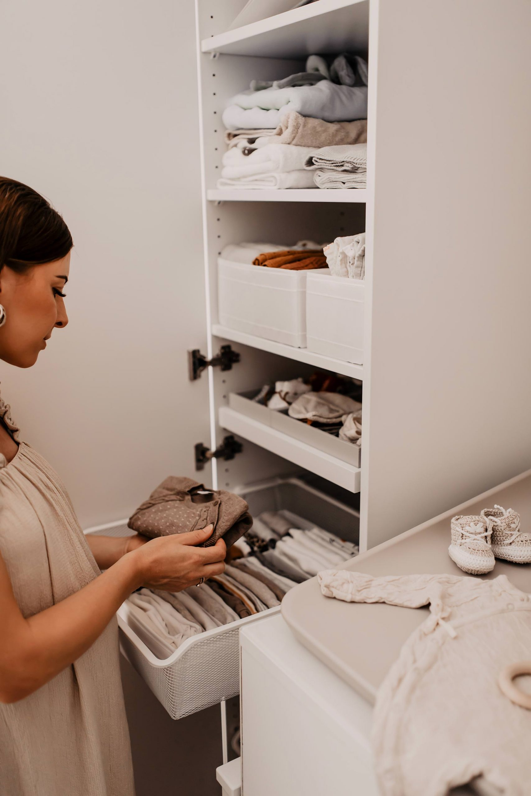 Am Mamablog zeige ich dir heute, wie wir unsere Wickelkommode praktisch eingerichtet und organisiert haben. So ist immer alles griffbereit! www.whoismocca.com