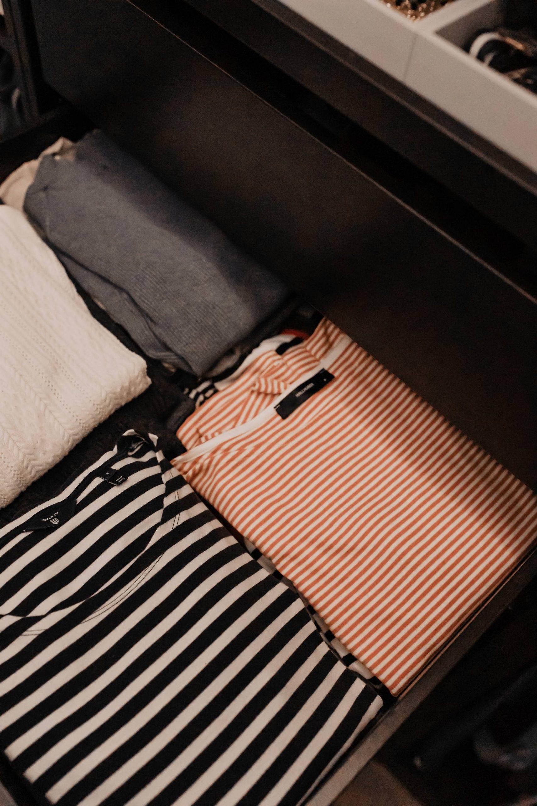 Heute lautet Motto: Nur noch Lieblingssachen im Kleiderschrank! In diesem Beitrag zeige ich dirTipps, wie du in 4einfachen Schritten deinen Kleiderschrank nachhaltig ausmisten kannst. www.whoismocca.com