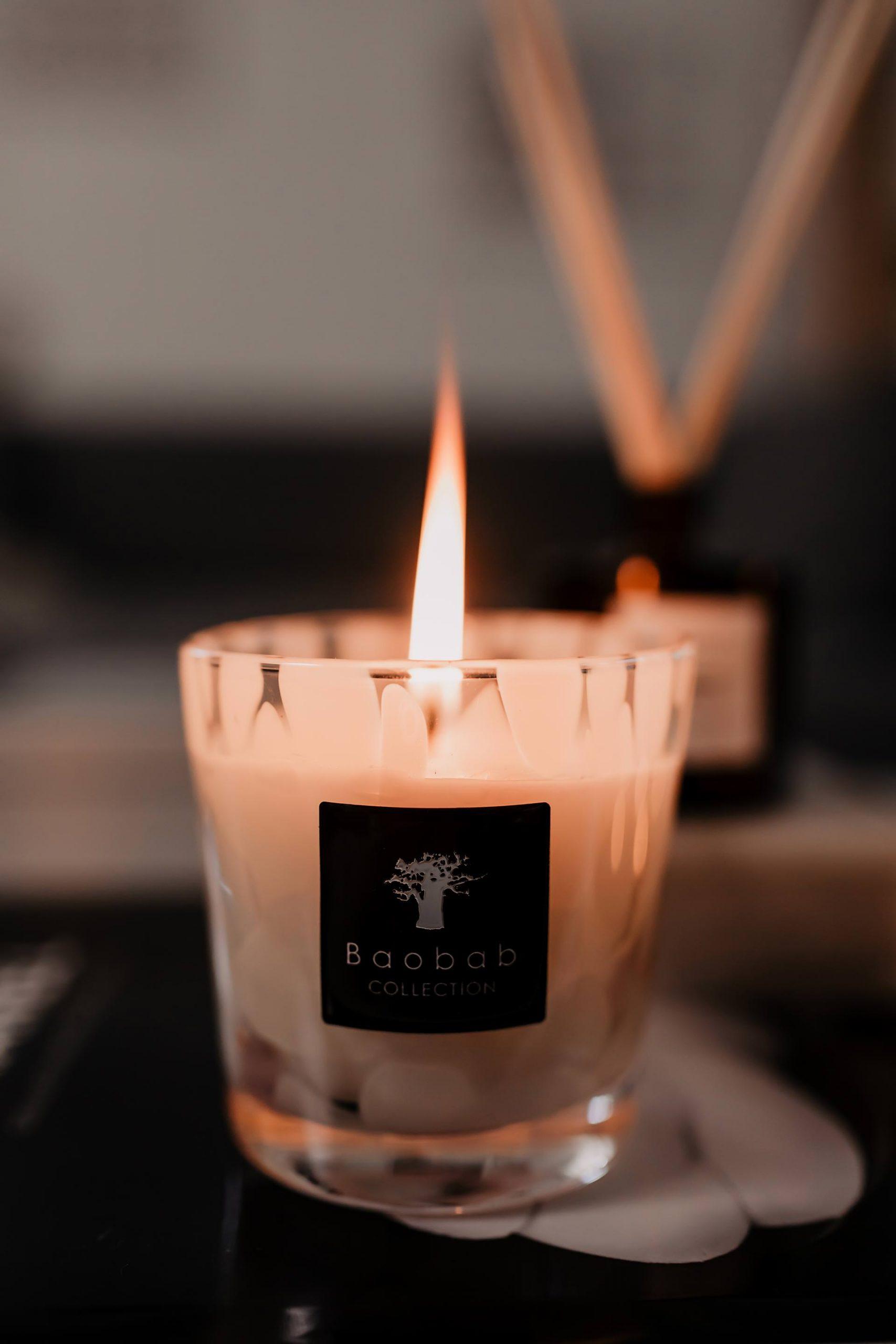 Produktplatzierung. Um sich in den kalten und dunkleren Monaten wohlzufühlen, braucht es unbedingt die passende Wohlfühlatmosphäre für daheim! Besonders Kerzen und Raumdüfte spielen eine große Rolle und darum geht es im heutigen Blogbeitrag auf www.whoismocca.com