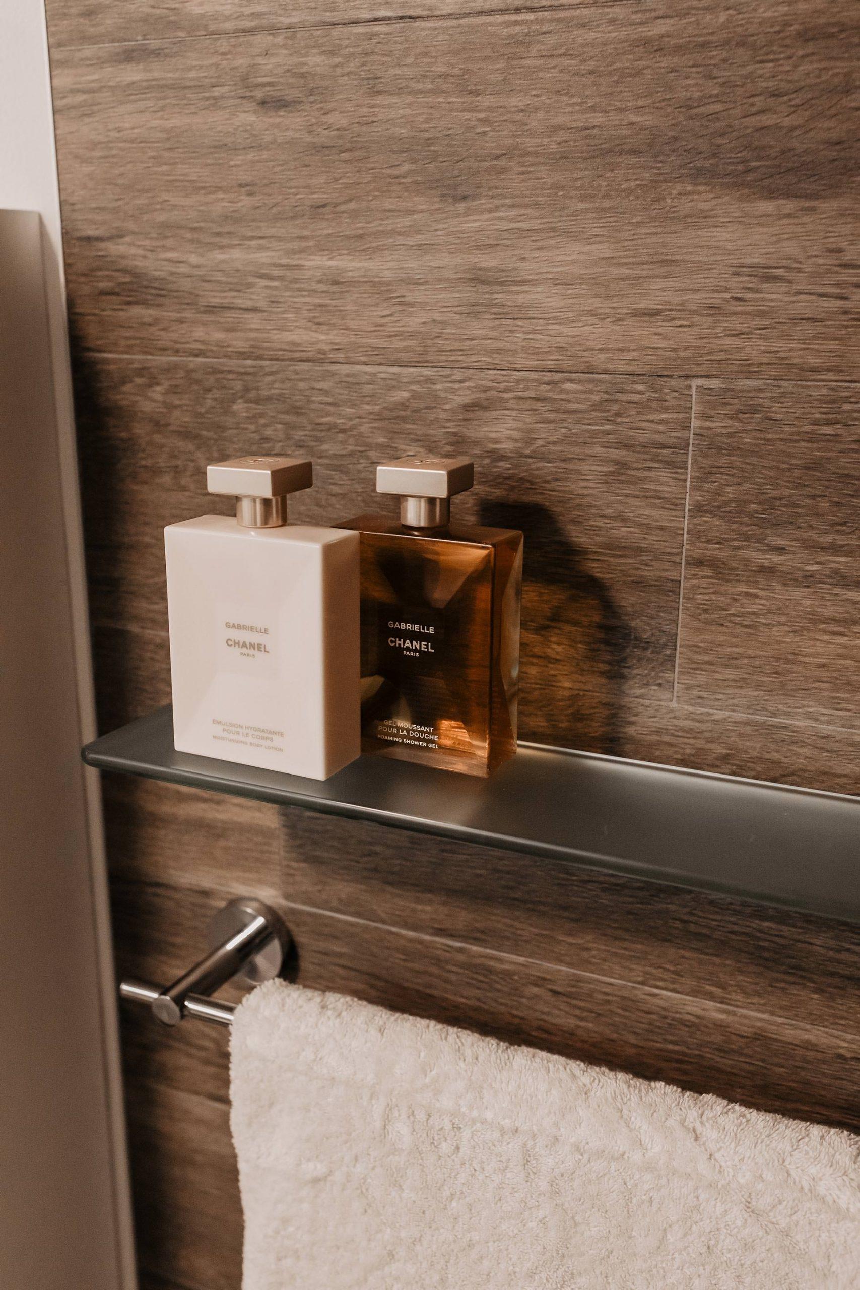 Anzeige. Mit selbstklebenden Badezimmer-Accessoires kannst du deinem Bad einen frischen Touch verleihen. In diesem Beitrag am Interior Blog möchte ich dir zeigen, wie schnell und mit wenig Aufwand man dasBadezimmer optisch aufwerten kann. www.whoismocca.com