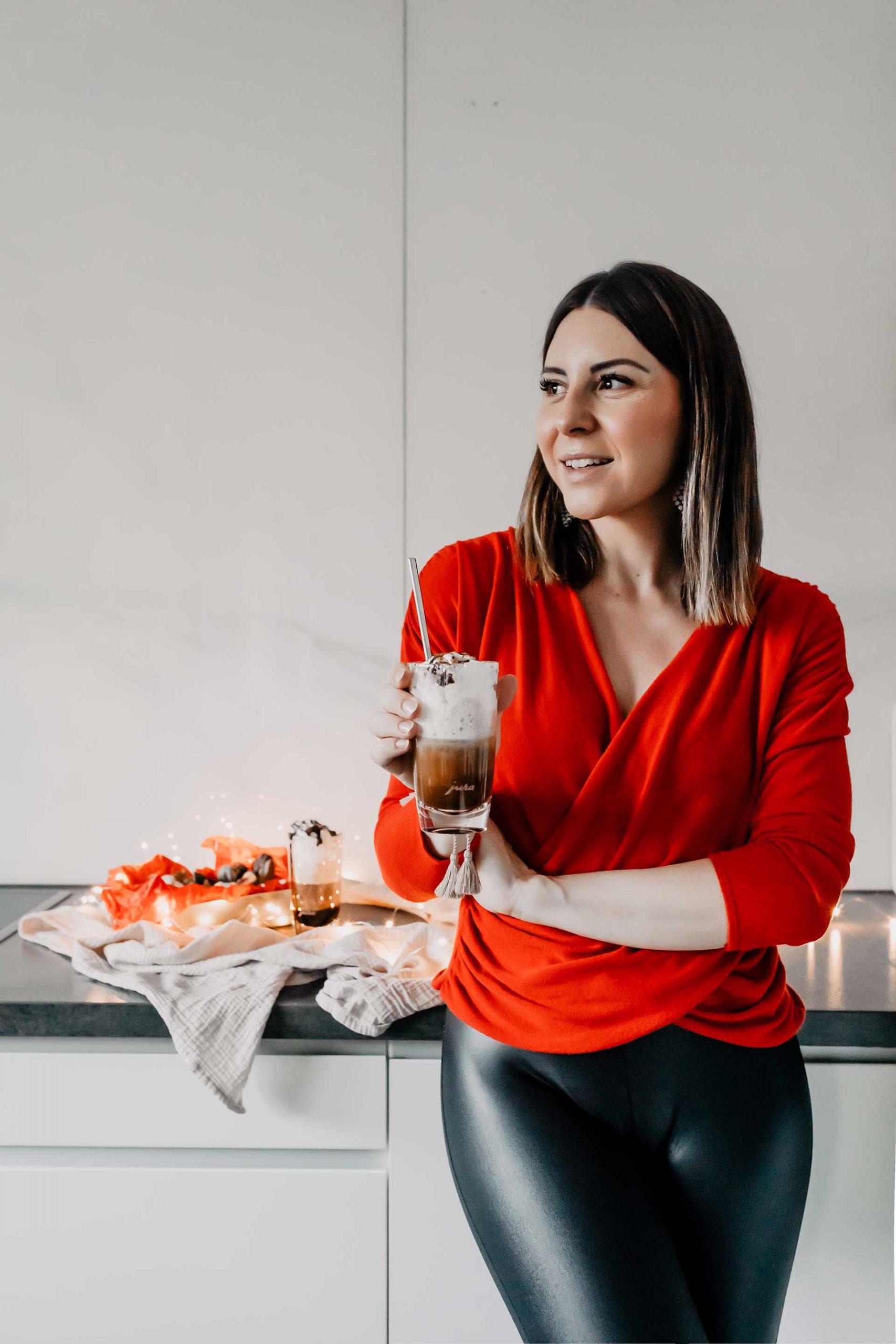 Anzeige. Am Blog findest du ein leckeres Kaffeerezept für Weihnachten. Der einfache Lebkuchen-Cappuccino ist schnell gemacht und schmeckt so gut! www.whoismocca.com