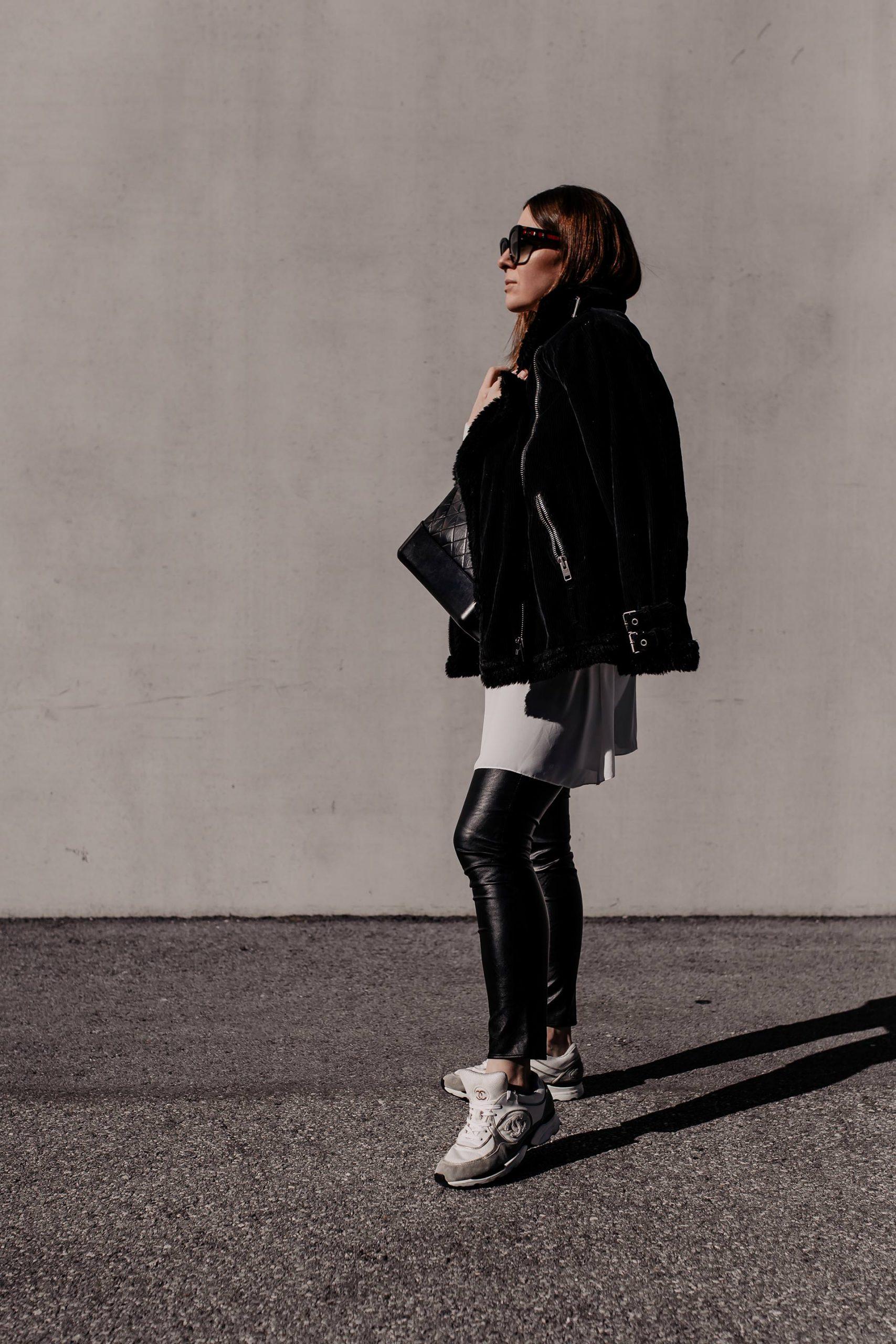 Die Modetrends für 2021 sagen uns bequeme Zeiten voraus und wir haben die Qual der Wahl. Sneaker für den Frühling gibt es viele – am Modeblog stelle ich dir die schönsten und ein Frühlingsoutfit vor. www.whoismocca.com