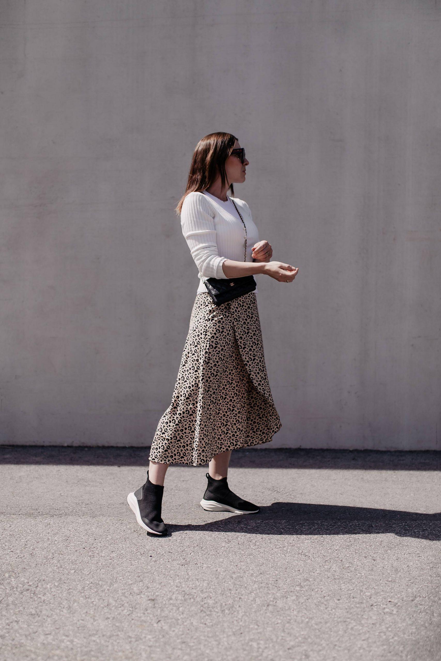 Midirock und Sneakers – eine tolle Power-Kombi für Frühling und Frühsommer! Am Modeblog gibt es die passenden Styling- und Outfit-Tipps! www.whoismocca.com