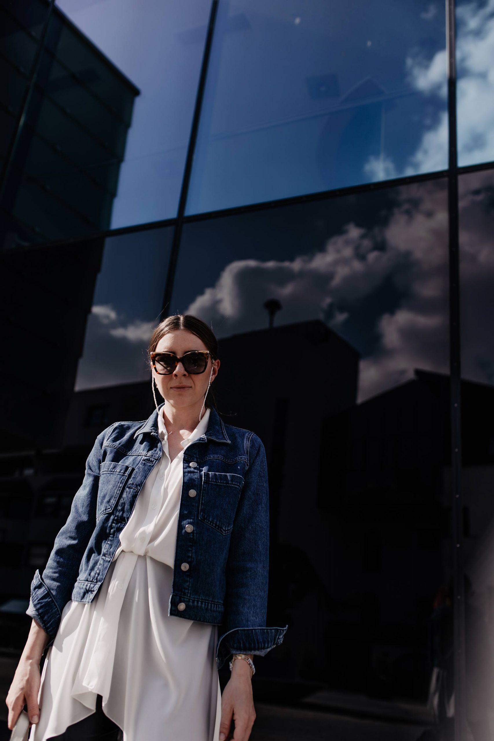 outfit mit jeansjacke lederhose fruehsommer espadrilles modeblogger whoismocca 1 scaled