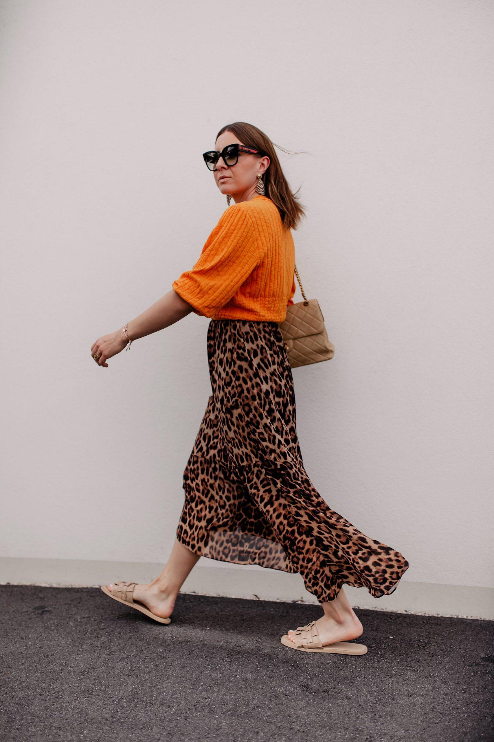 Wie ich Sommer Pantoletten am liebsten kombiniere und die besten Tipps, wo es aktuell die schönsten Modelle gibt, verrate ich dir heute hier auf meinem Fashionblog. www.whoismocca.com