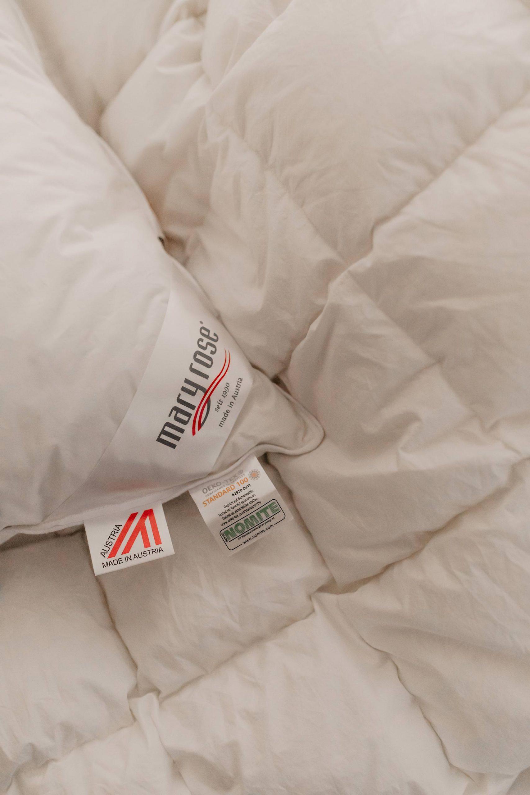 Anzeige. Du kennst das bestimmt auch, wenn es nachts einfach nicht abkühlen will, gefühltjede Schlafposition zu heiß ist und man bei Hitze schlafen muss. Und damit auch du in der Sommerzeit nicht von schlaflosen Nächten geplagt wirst, habe ich direkt7 Tipps für dich, wie du trotz Hitze gut schlafen kannst! www.whoismocca.com