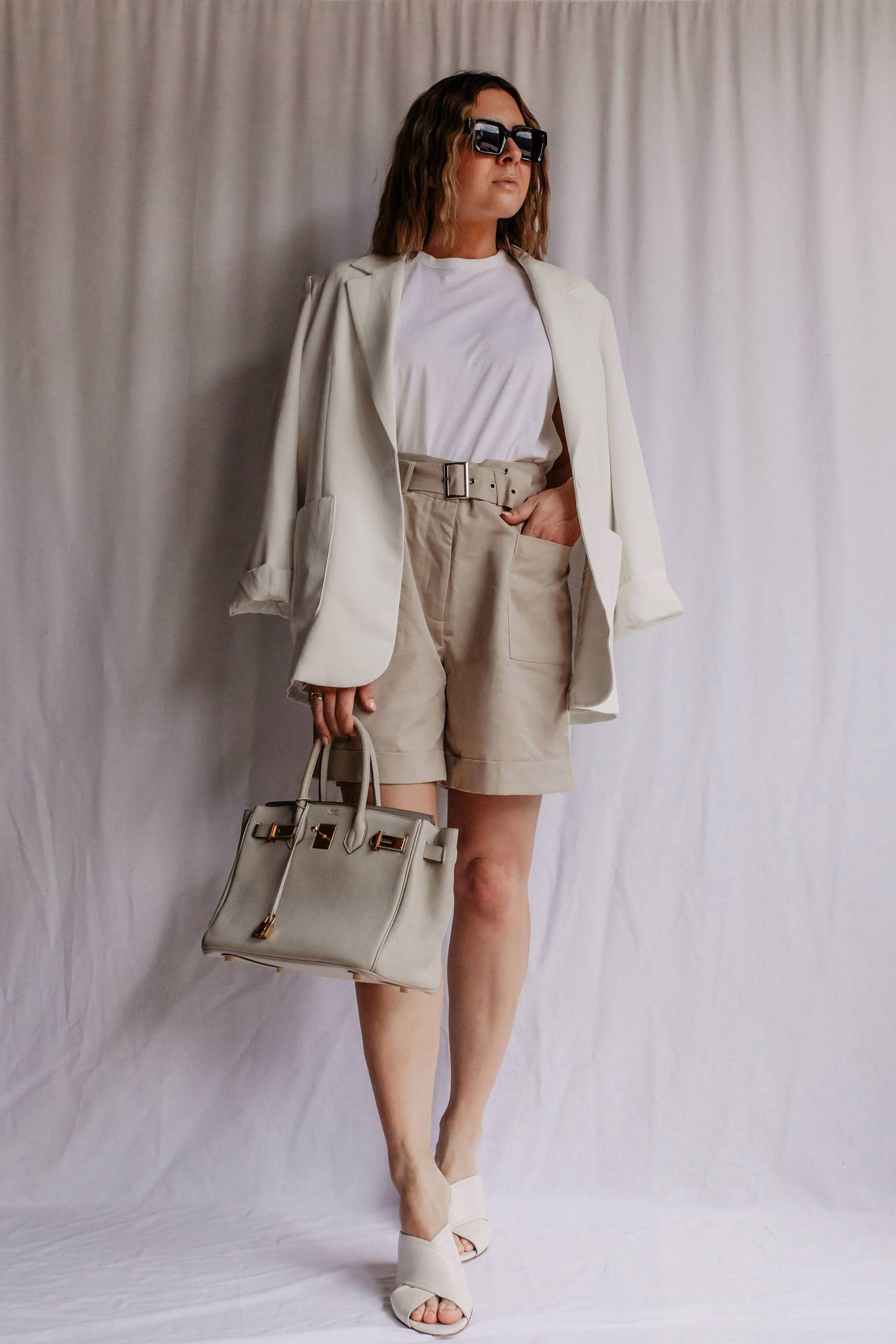 Auf meinem Modeblog zeige ich dir, wie gut und alltagstauglich sich kurze Shorts kombinieren lassen. Vorhang auf für tolle Sommer Outfits! www.whoismocca.com