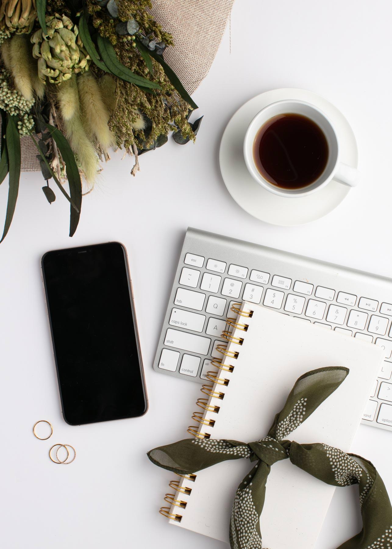 Digital Detox, eine Art der digitalen Entgiftung, kann uns dabei helfen, uns vom Handywahnsinn zu befreien! In diesem Blogbeitrag zeige ich dir, mit welchen simplen Methoden du ganz einfach bewusst offline gehen kannst!