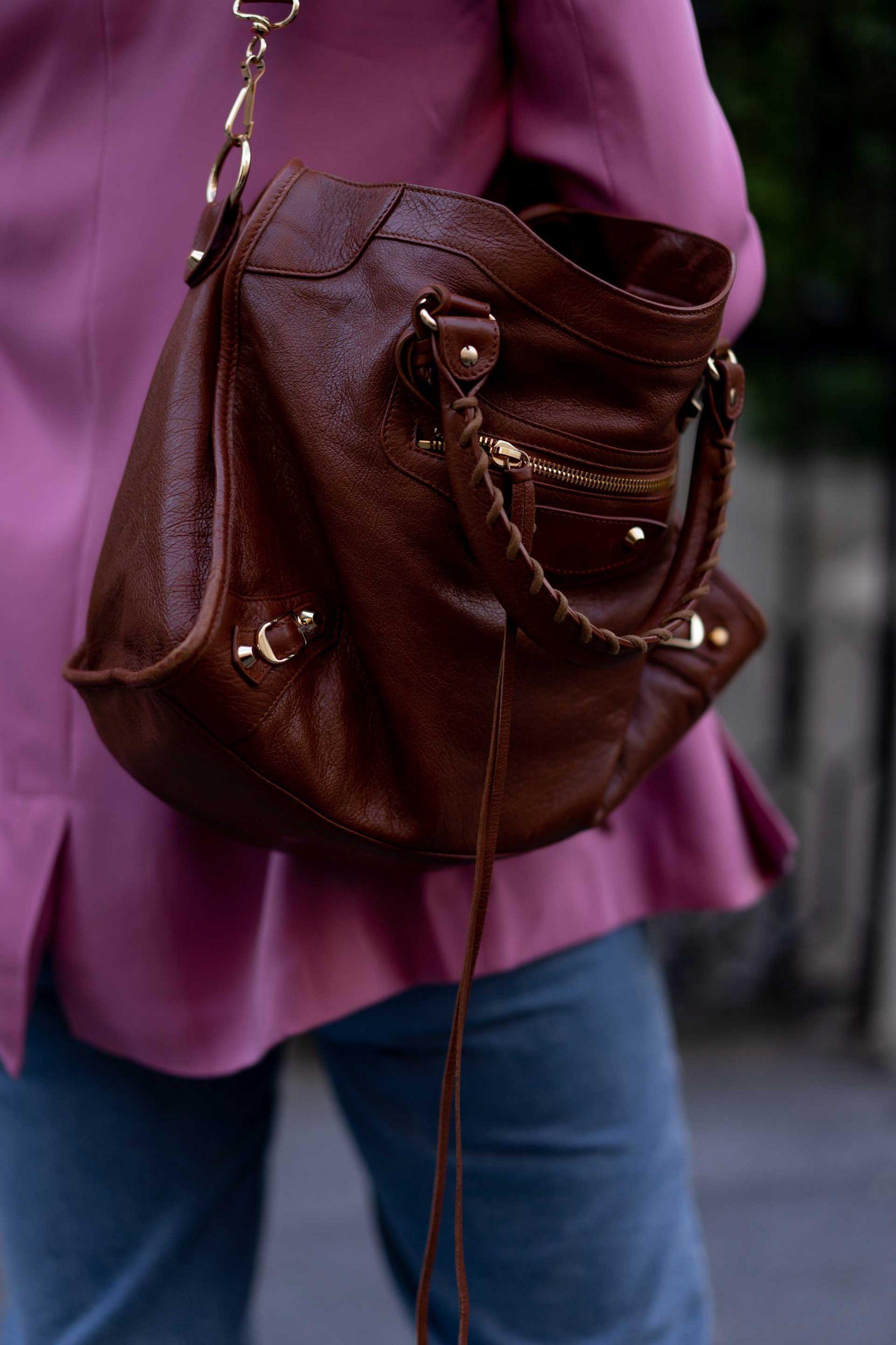 Produktplatzierung. Am Modeblog zeige ich dir ein Herbst Outfit mit Mom Jeans, Blazer und Oversize-Mantel. Alle Teile sind verlinkt, du kannst den Look 1:1 nachshoppen! www.whoismocca.com